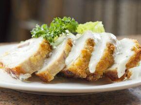 Pechugas Rellenas de Requesón en Crema de Chipotle | Riquísimas Pechugas de pollo rellenas de espinacas, requesón y arándanos en crema de chipotle.
