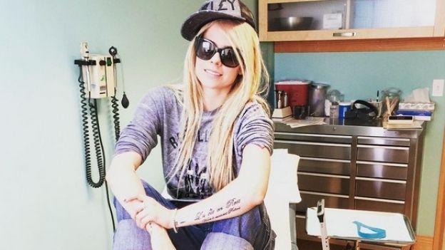 Avril Lavigne está 'en proceso de recuperación' de la enfermedad de Lyme