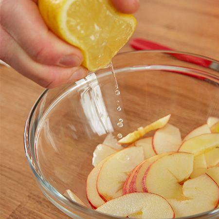 ...damit sie nicht braun werden, mit Zitronensaft beträufeln