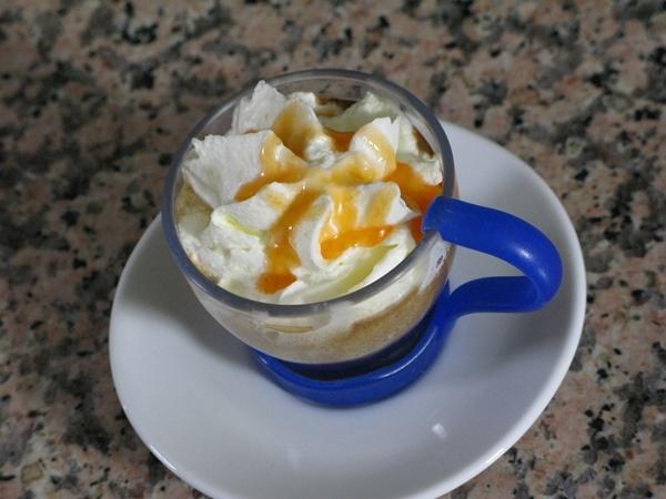 Caffè con panna, cioccolato e caramello