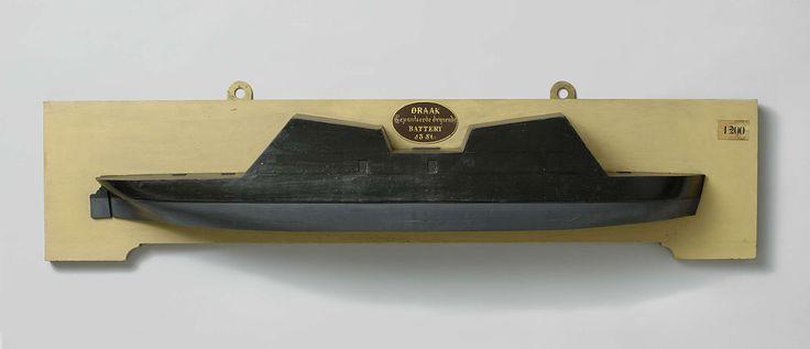 Rijkswerf Vlissingen | Halfmodel van een drijvende batterij, Rijkswerf Vlissingen, 1867 | Stapelmodel (stuurboord) van een drijvende batterij, grijs onder en zwart boven de waterlijn. De romp is die van een fregat van 44 stukken, het onderstuk afgezaagd en van een platte bodem voorzien, de bovenste dekken verwijderd en vervangen door een gepantserde bovenbouw met teruglopend voor- en achterschot: deze bovenbouw heeft een hoog voor- en achtergedeelte met naar binnen hellende daken. Twee…