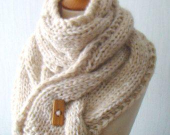 Dikke sjaal Handknit  Deze extra lange en dikke dikke sjaal /cowl met een enorme kabel zal een unieke look toevoegen aan om het even welk van uw outfit. U kunt dragen elk seizoen zelfs over je jas en altijd voelen comfortabel, warm en krijg veel complimenten. Het is gemaakt van een zachte wollen/acryl garens in beige tinten - veel dunne draden van woolen(50%) / acryl (50%) gemengd garen en een dikkere wollen (40%) / garens van acryl (60%),  Alstublieft, check out ook andere sjaals en…