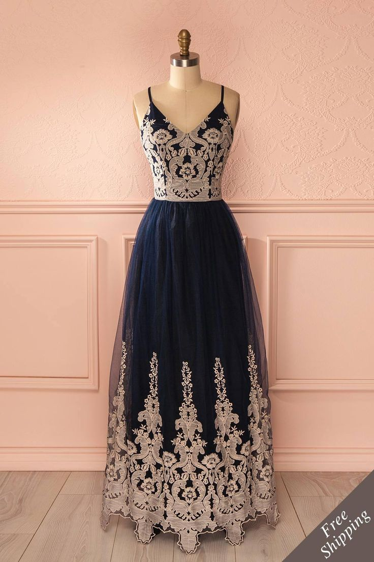 Le talent de la contrebassiste fuse en rayons mélodieux. The double bassist's talent fuses in melodious rays. Navy blue and beige embroidered tulle gown www.1861.ca