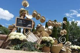 Sombreros y flores para los invitados