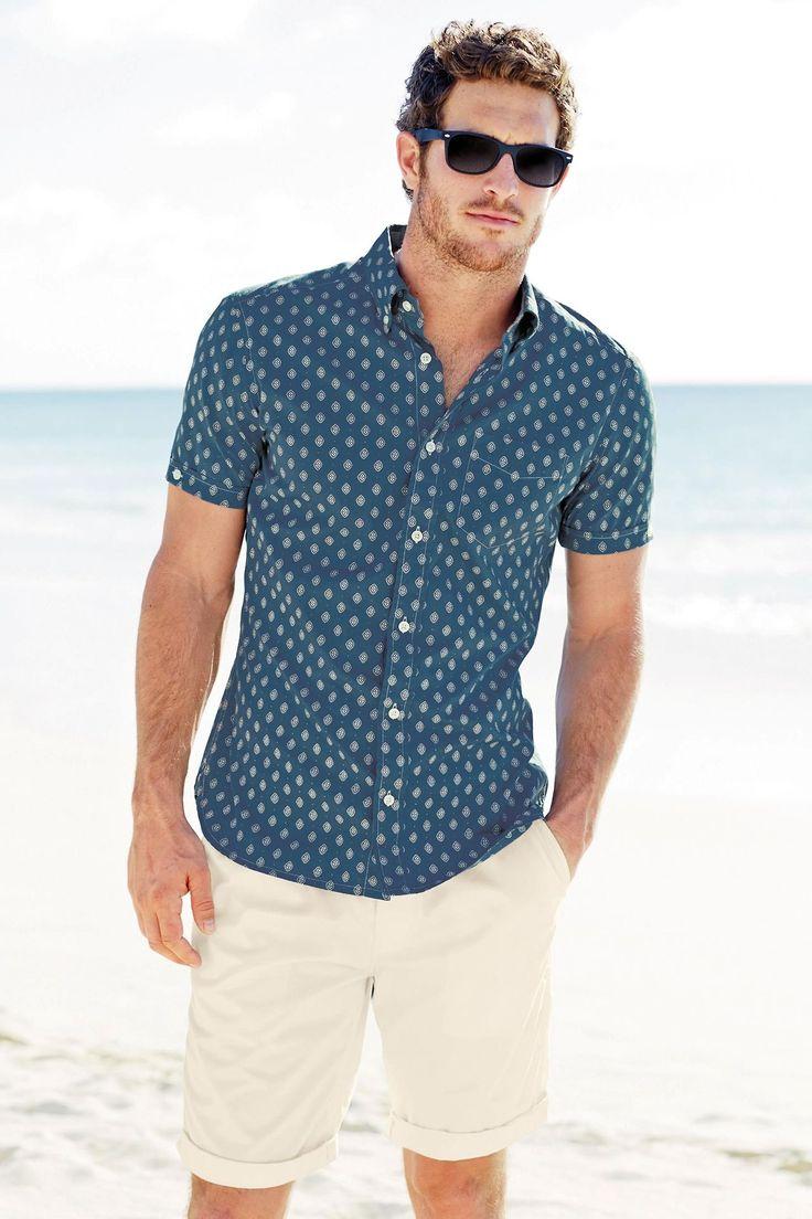 Modelo de camisa 'Slate blue' y pantalones cortos de color crema. Verano. Moda.