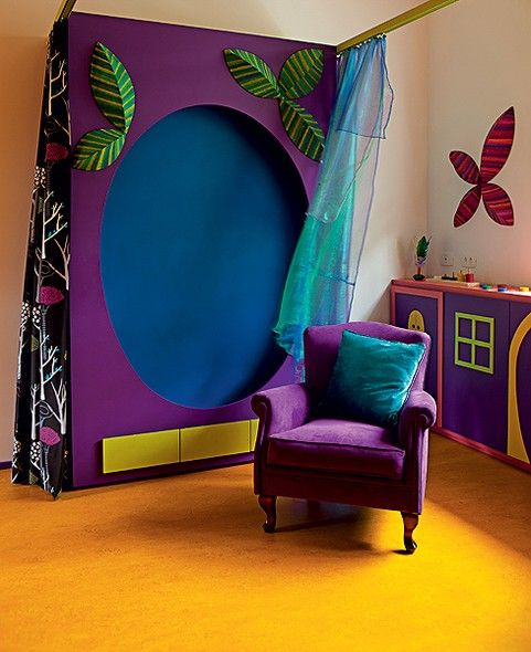 """""""Eles queriam um quarto bem mágico"""", diz a arquiteta Adriana Yazbek, sobre o canto de brincar de Alice, 9 meses. Ela criou o armário-lousa pintado por fora de roxo e, nas gavetas, de verde. Dentro, é revestido de Formica azul. Já o piso é amarelo"""