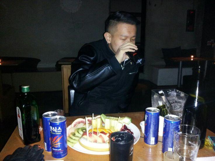 홍대 술집에서 인턴 오현씨와 크리스마스 다음날에 남자둘이 술먹는중...