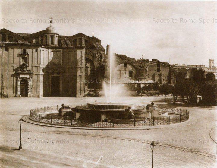Fontana dell' Acqua Marcia in Piazza Esedra (Piazza della Repubblica) Anno: 1890 ca.