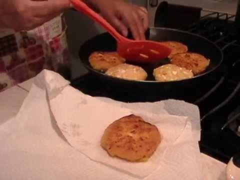 Prepara estas sabrosas tortitas de plátano para acompañar eun arroz..