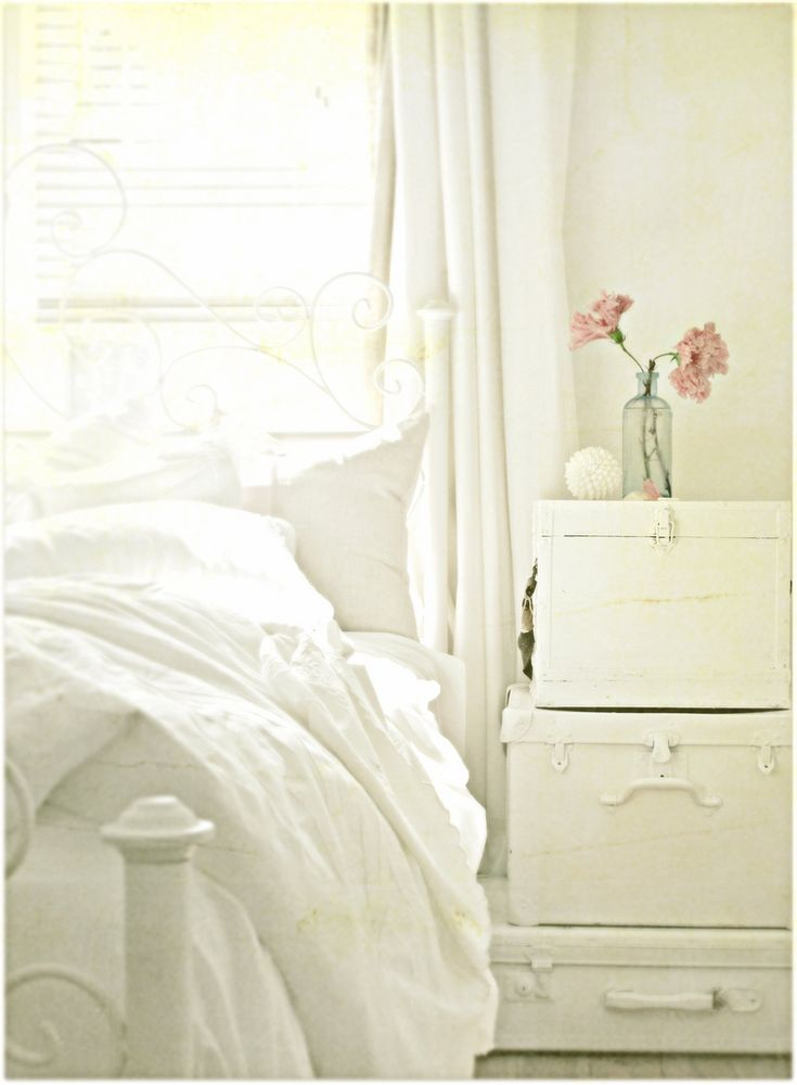 sigh: Old Suitca, Bedrooms Design, White Beds, Interiors Design, White Rooms, White Bedrooms, Bedside Tables, Night Stands, Vintage Luggage