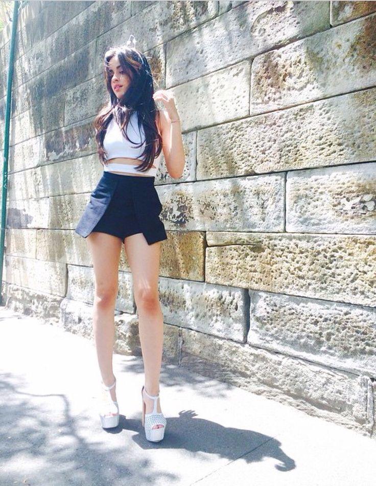 Look com cropped branco com shorts-saia preto e annabela branca