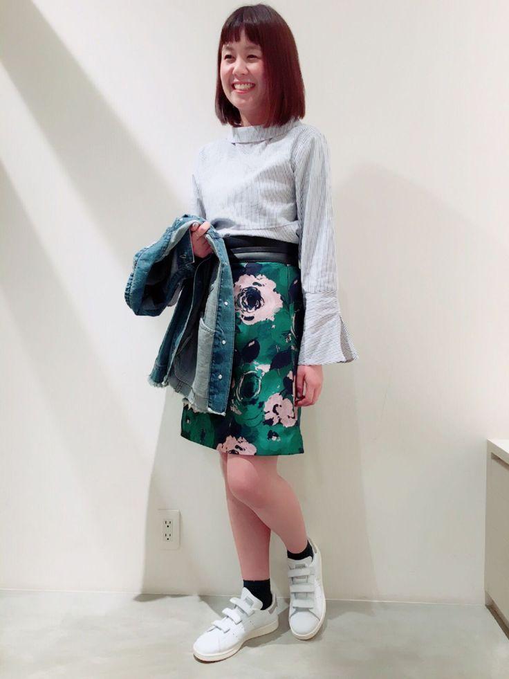 ストライプブラウス ブラウス×台形スカートとの組み合わせ。細かいストライプのシャツは袖や裾がフレアで可愛いデザイン。コンパクトなボトムスとも相性バツグンです。