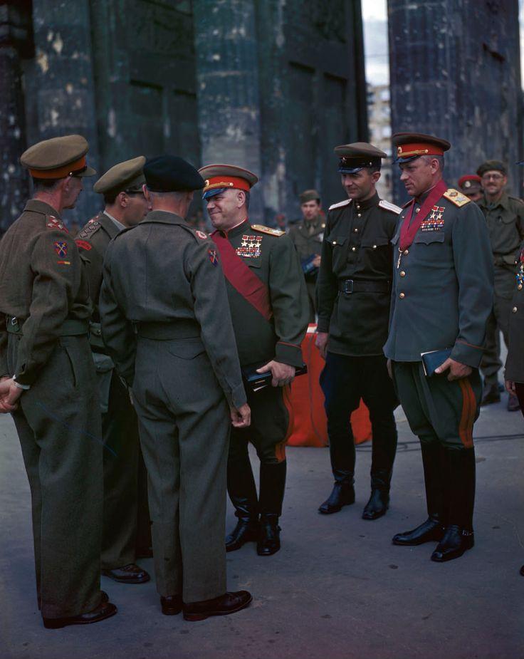 Campo Marescialli Georgi Zhukov, Konstantin Rokossovsky, e altri ufficiali sovietici saluto maresciallo Bernard Montgomery e altri ufficiali inglesi alla Porta di Brandeburgo, a Berlino, Germania, 12 luglio, 1945.