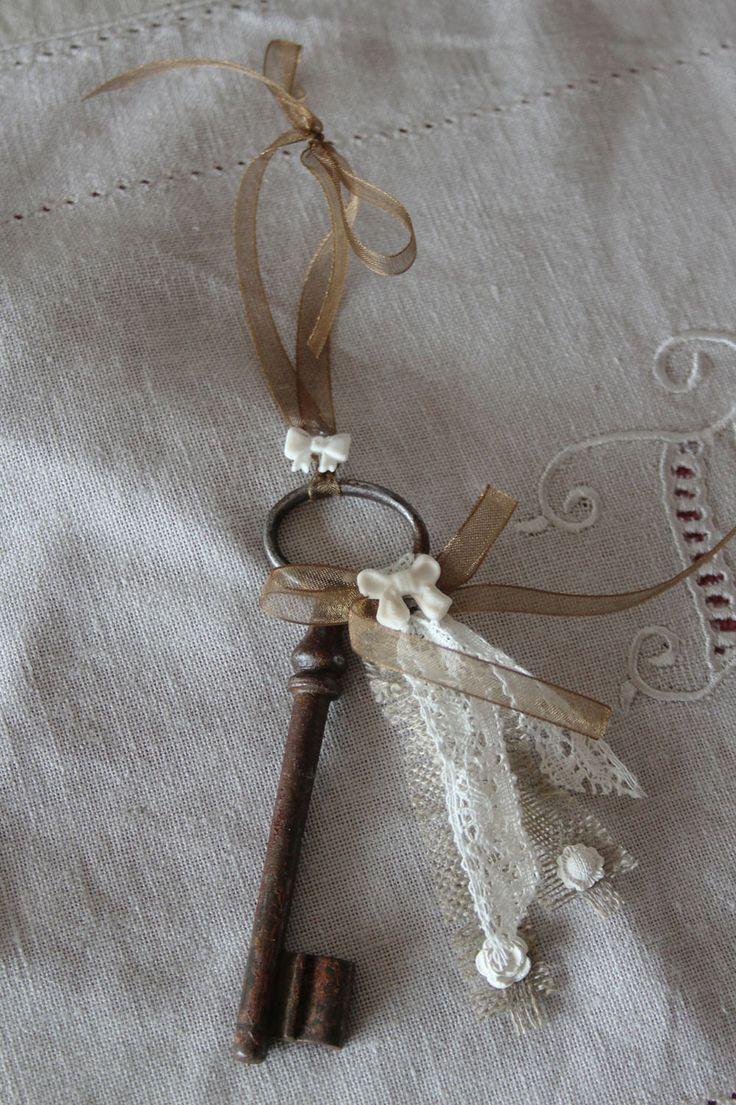 Grande clé ancienne romantique - à poser ou bijou de porte - esprit shabby chic : Accessoires de maison par charmy-co