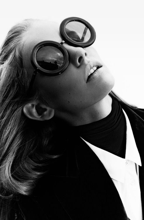 Circular sunglasses in black and white // fashion photography #editorials