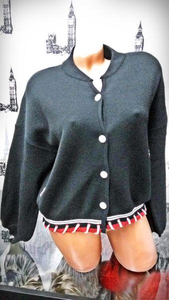 Bluza neagra cu nasturi Compozitie: 65% acrylic, 35% lana Marimi: universala