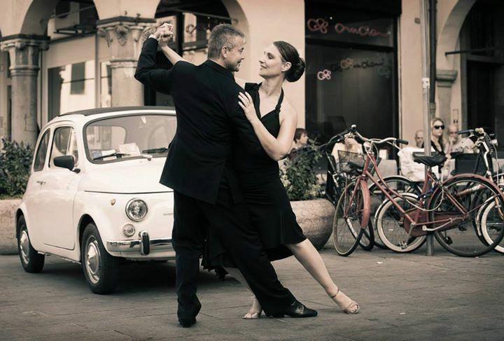 L'intensità di uno sguardo, l'intesa perfetta in un abbraccio: in altre parole  tango! Vieni anche tu alla lezione di prova gratuita tenuta dai maestri Luciano Sottovia e Caterina Santinello di Tangostudio ed rivivi con noi la magica atmosfera che anima le milongas argentine! Iscriviti subito agli eventi del 50° anniversario Paoul a giugno: http://www.paoul.com/it/iscrizione50.html #50yearsofPaoul