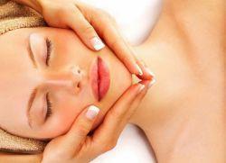 В равных пропорциях энергично смешать косметический вазелин, глицерин и витамин Е. Полученную жирную массу тонким слоем нанести на кожу головы и втереть подушечками пальцев. Смазать смесью ладони и легко распределить ее по всей площади волос. Через 25 минут принять теплый душ, голову вымыть с шампунем 2 раза.