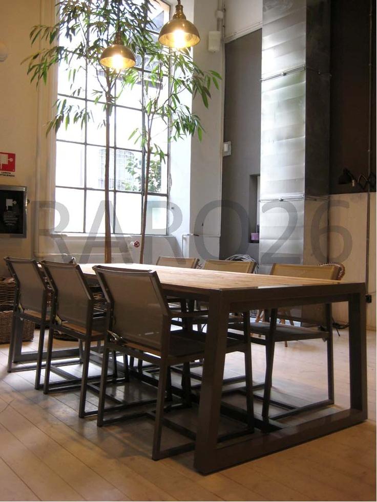 #Tavolo in #alluminio e piano in #teak riciclato, sedie impilabili con bracciolo in alluminio e #batiline color taupe