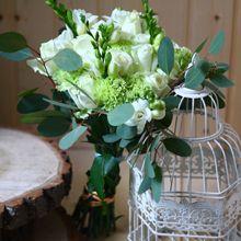 Букет из белых роз и зелени «Вена»