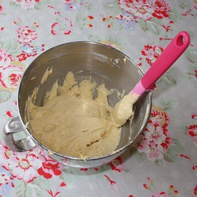 Mary Berry's Lemon Drizzle traybake recipe