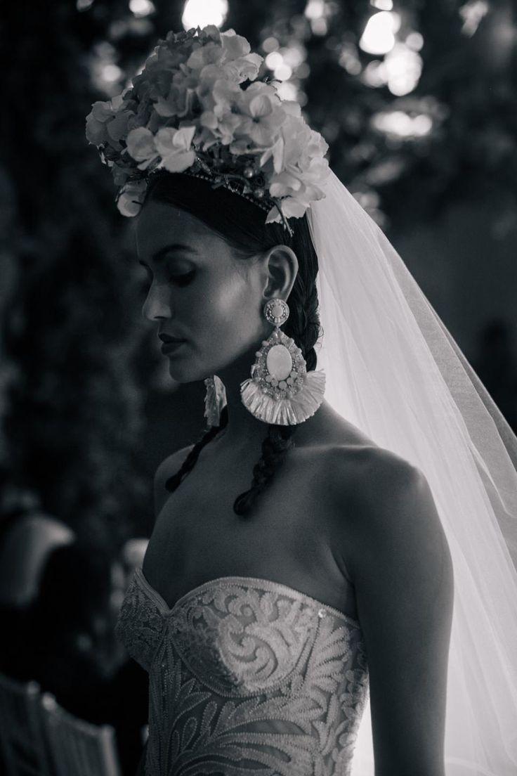 Fabuloso tocado con hortensias. Dramático para pasarela, pero muy muy flamenco. Olé!  http://ideasparatuboda.wix.com/planeatuboda