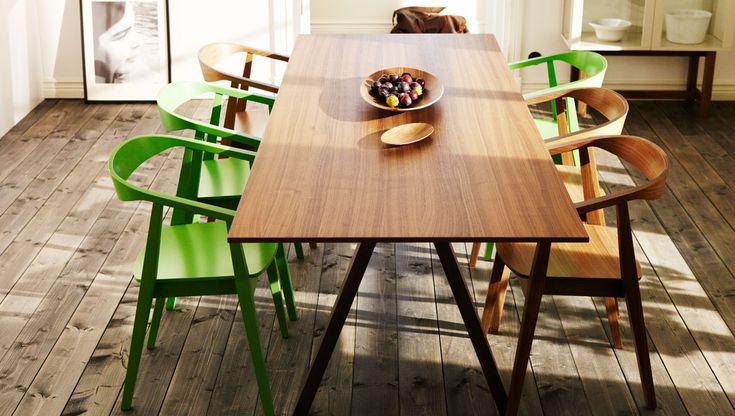IKEA eetkamer met eettafel en stoelen in walnoten fineer