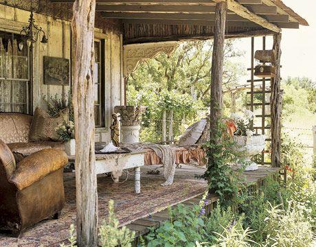 """Con una lujosa combinación de telas y antigüedades de época brillantes, la artista textil Robin Brown, volvió a su casa de campo en su rancho de Texas, en una escapada encantada que es a la vez rica y rústica. """"Todo aquí, a partir de los fragmentos de la tapicería a techos de hojalata, tenía una vida anterior"""
