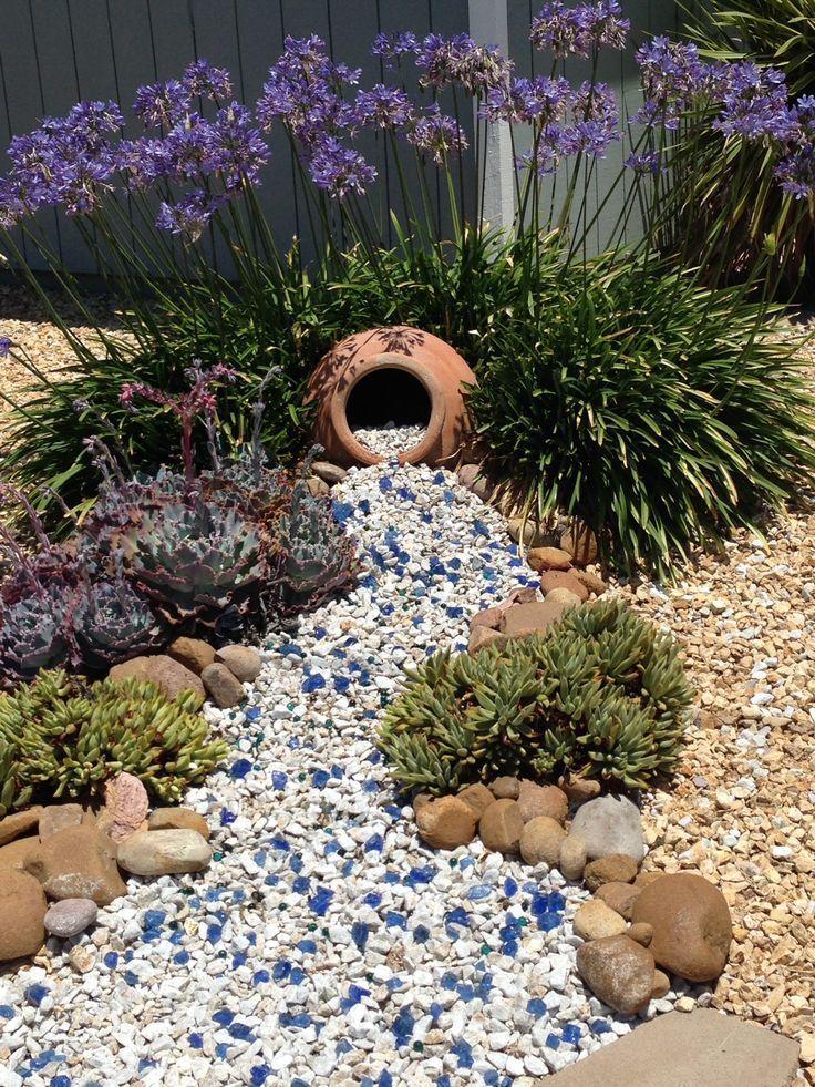 Garten Deko – Drei Jahre nach der Erstausgabe sind Pflanzen gewachsen und blauer Stein
