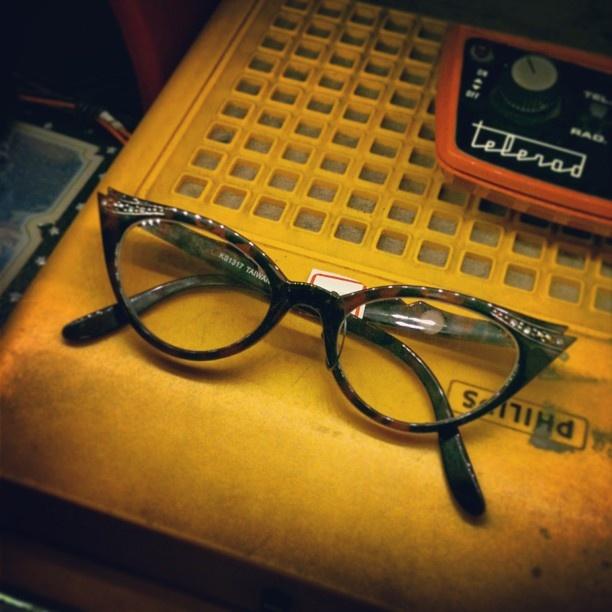 #Óculos de #gatinho, igual ao da #Vaitória (R$ 200). Toda segunda a loja fica aberta do meio-dia às 19h. (at Antiquário XIII)