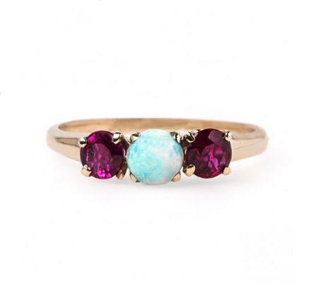 Esta obra maestra de ópalo y rubí tachonado: | 26 Razones por las que los anillos de compromiso son mejores cuando son coloridos