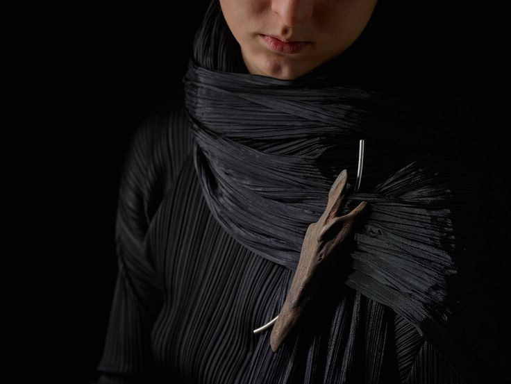 Линда Ван Никерк. Пин: Дракон Судьбы, 2015. Тасманской глуши коряги, серебро. Фото: Питер Уайт.