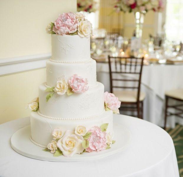 Hochzeitstorte mit Zucker-Blumen, Perlen auf vier Etagen