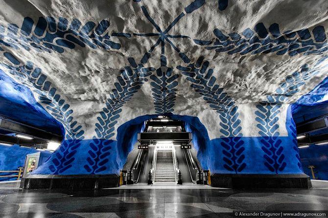 Mais de 90 das 100 estações foram decoradas com esculturas, mosaicos, pinturas, instalações, gravuras e relevos por mais de 150 artistas. Algumas das estações são cortadas dentro de rochas, criando um visual único e incrível.