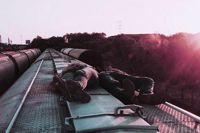 Jedźmy do Lizbony, Barcelony, Paryża albo Rzymu. Jedźmy, upijmy się i gubmy między uliczkami.  Siądźmy na schodach i oglądajmy wschody słońca. I zapomnijmy o całym świecie.