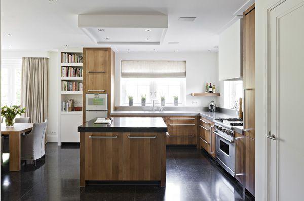 The Living Kitchen B.V. by Paul van de Kooi Eiken houten keuken met Viking handgrepen en natuurstenen aanrechtbladen.