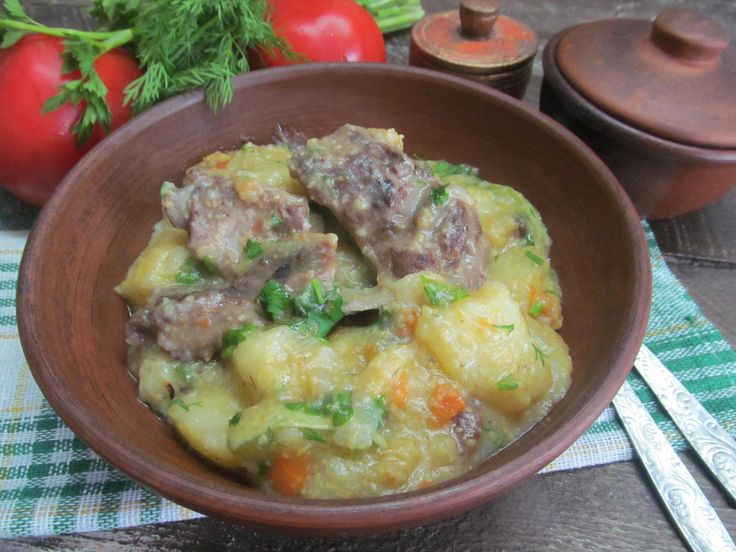 Свиные ребра, картофель, морковь, лук, сельдерей, кукурузная крупа, зелень, соль, перец, кабачок.