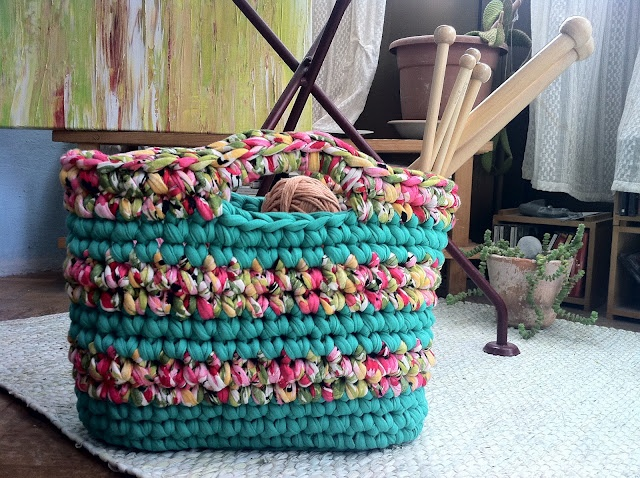 Duduá - Cool Crocheted bag...looks like it's done with fabric strips in single crochet.