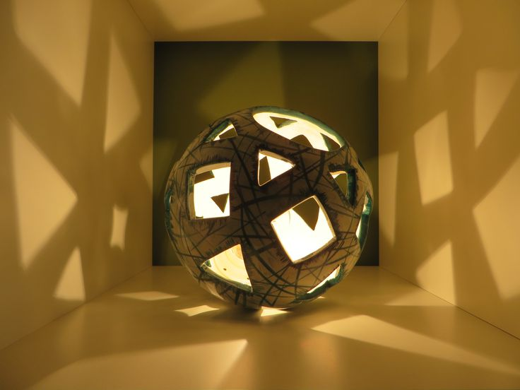 μπάλα από λευκό πηλό με αφαίρεση γεωμετρικών σχημάτων και διακόσμηση με πυροχρώματα