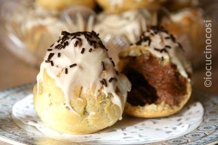 I profiteroles con crema al mascarpone e cioccolato sono un dessert super goloso, perfetto per chi adora il cioccolato, che qui troverà fondente e bianco.