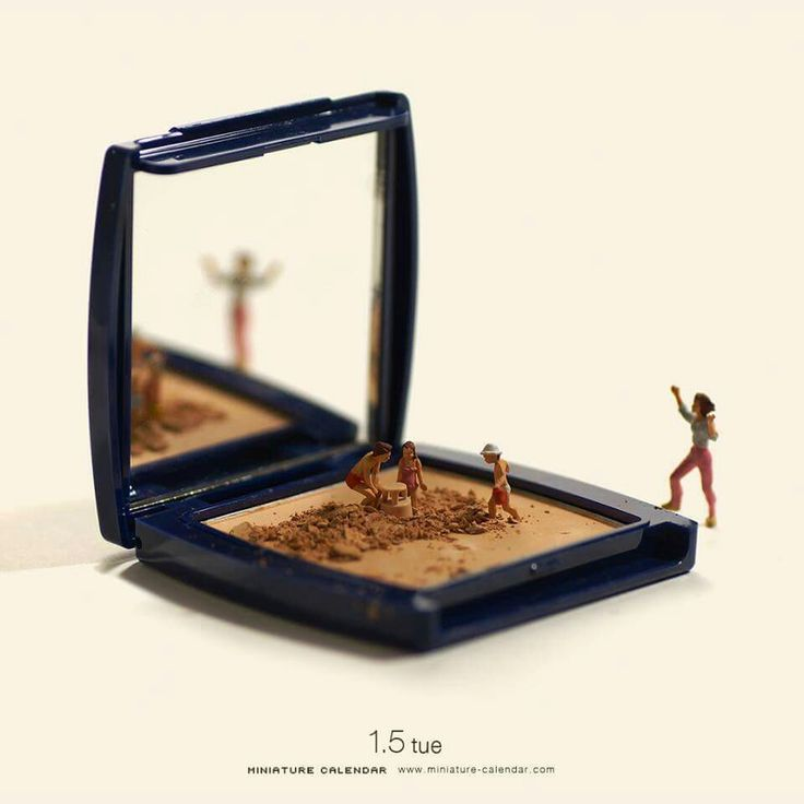 Tanaka Tatsuya-Japan-miniature installations Since 2011, tanaka tatsuya publishes every day a photo in his calendar. Beach play.