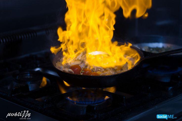 Στη Μυστίλλη, τα τηγάνια παίρνουν, κυριολεκτικά, φωτιά! Οι σεφ μας παντρεύουν το κρέας με το πιο ταιριαστό και νόστιμο κρασί, δημιουργώντας μεθυστικά πιάτα, που θα σας ξετρελάνουν!