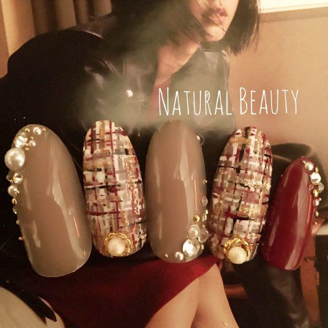 エレガントなボルドーツイードネイル♡ #ツイード #パール #パーティー #冬 #お正月 #ベージュ #ジェルネイル #ボルドー #卒業式 #ハンド #ミディアム #チップ #naturalbeauty #ネイルブック