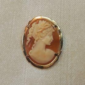 #Gemme#Schmuck#Antik#BaresfürRares#Antique#Jewellery  Die Muschelgemme stammt aus der Mitte des 20. Jahrhunderts und wurde handgeschnitten und geschliffen. Die Fassung ist aus 585er Gold gefertigt und verfügt sowohl über eine Nadel zur Verwendung als Brosche, als auch über eine Aufhänger-Öse zum Tragen an einer Kette.  Die Goldmünze wurde von Markus Wildhagen bei Bares für Rares ersteigert: https://www.zdf.de/show/bares-fuer-rares/bares-fuer-rares-vom-28-dezember-2017-100.html