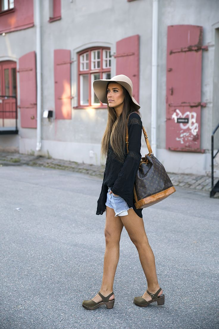 This week the Swedish blogger Anna shows how to put togeather a great summer outfit with our fashionable Victoria clog.  See more of her beautiful clog photos here: http://choicebyanna.se/2015/july/clogs-2.html And don't forget to participate in our Clog competition to win a free pair of your favorite Sandgrens clogs. The winner will be annonced this Friday the 17th.