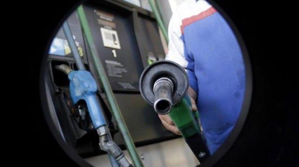 El precio de la gasolina cae por debajo del euro en la CAV y Navarra