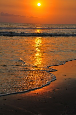 I want to go back to Bali to see the sunset ..... beautiful batu belig beach in bali