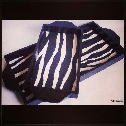Bandeja Zebra - em mdf pintado e fundo forrado com tecido animal print
