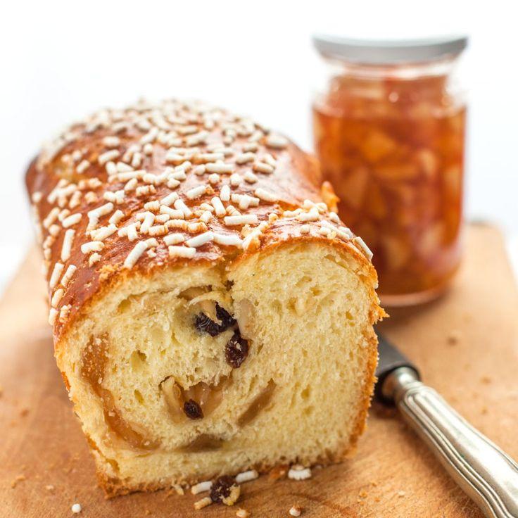 Pan brioche ripieno di confettura di mele, pinoli e uvetta