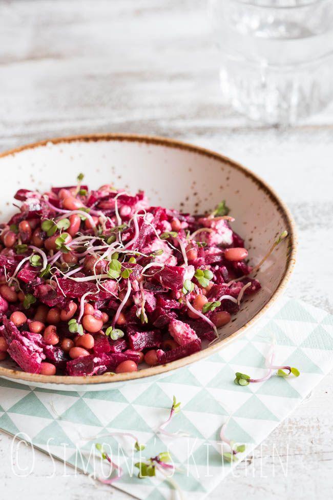 Een heerlijke salade met black eyed peas, bietjes en geitenkaas. Of als je dat fijner vind; met zwarte ogen boontjes.. :)